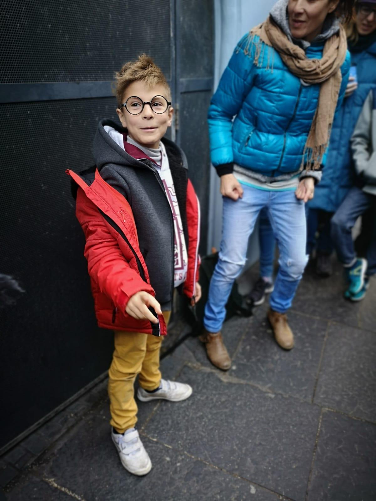 niño - cazadora - gafas