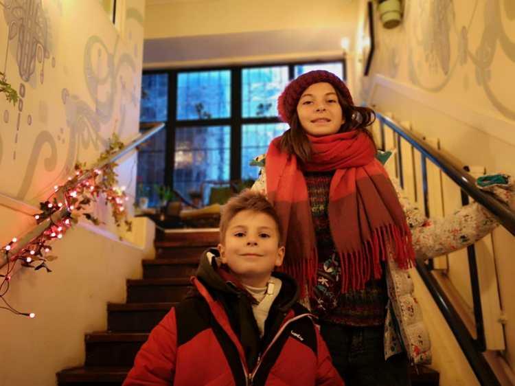 niños - escaleras - bufanda - gorro