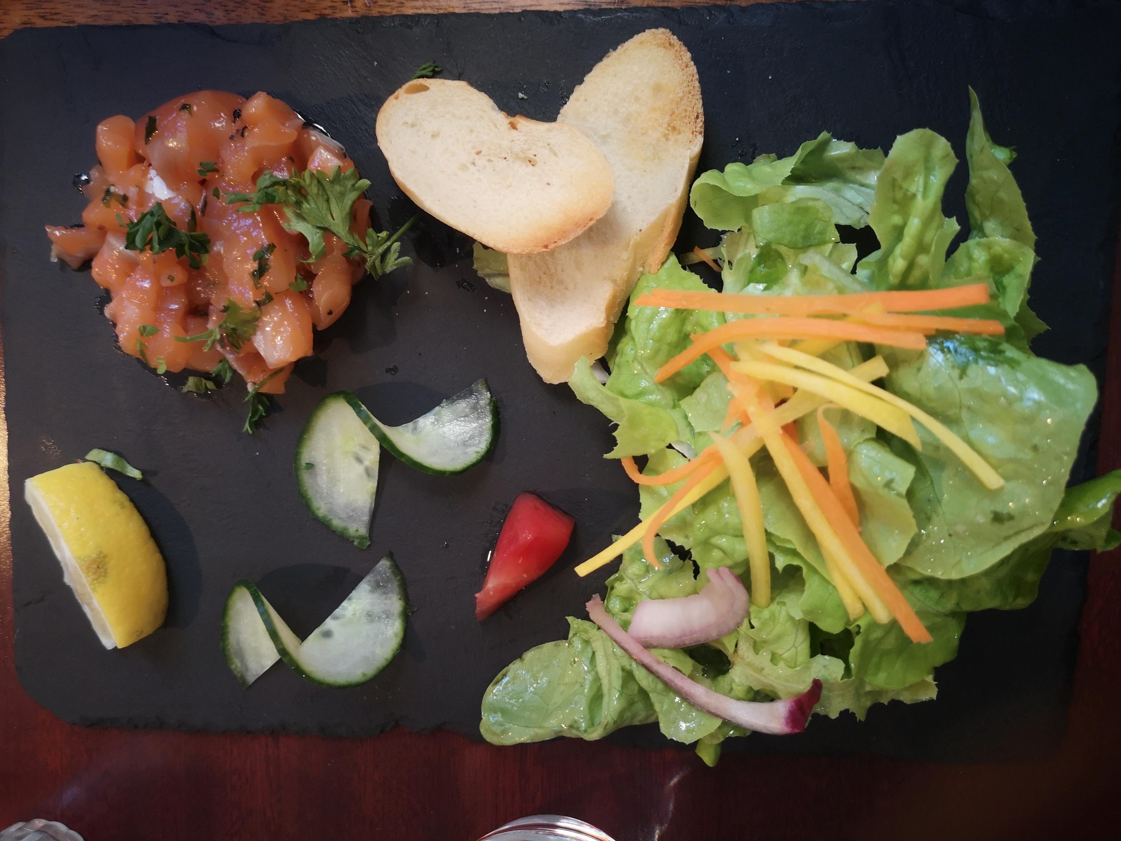 ensalada - tartar de salmón - saint malo - restaurante