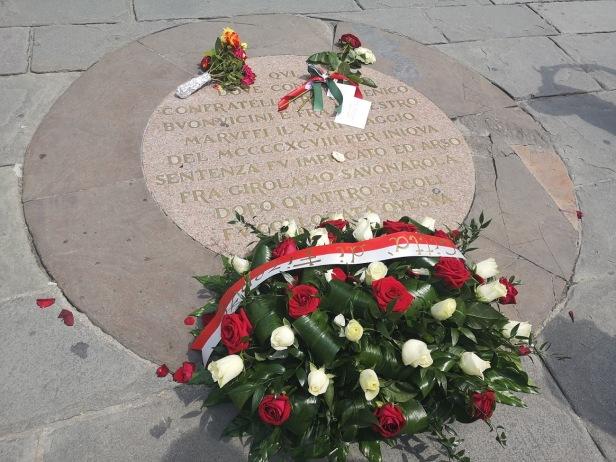 Savonarola - corona flores - placa - suelo