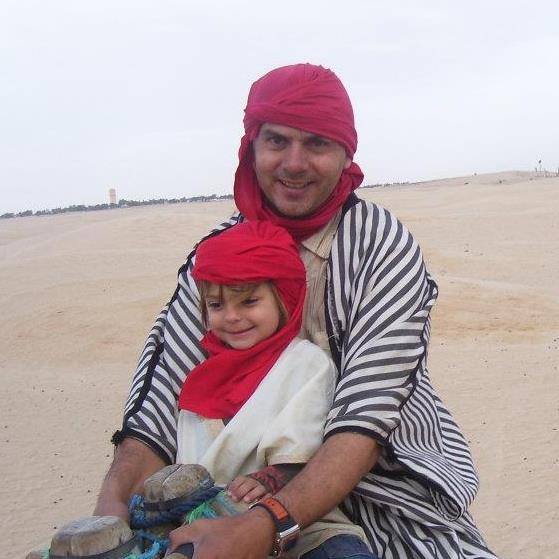 padre - hija - desierto - turbantes - camello
