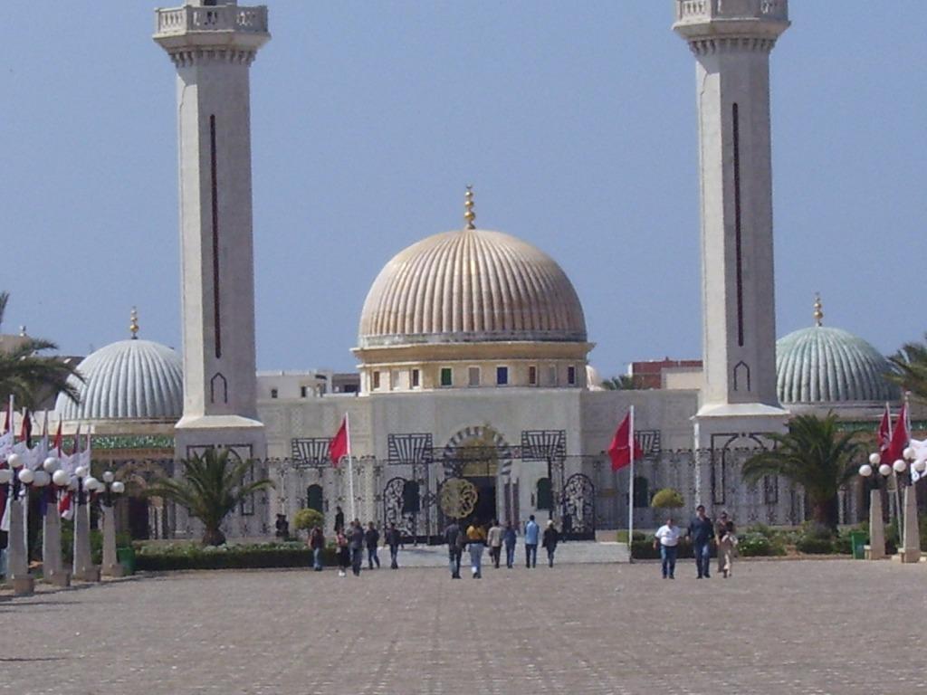 minaretes - cupula - banderas - explanadas