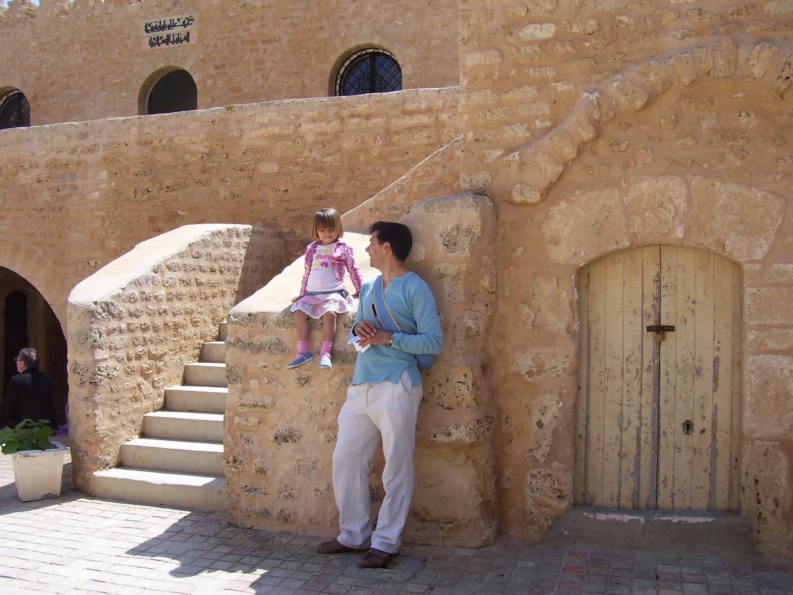 hombre - niña - puerta - muralla - piedra