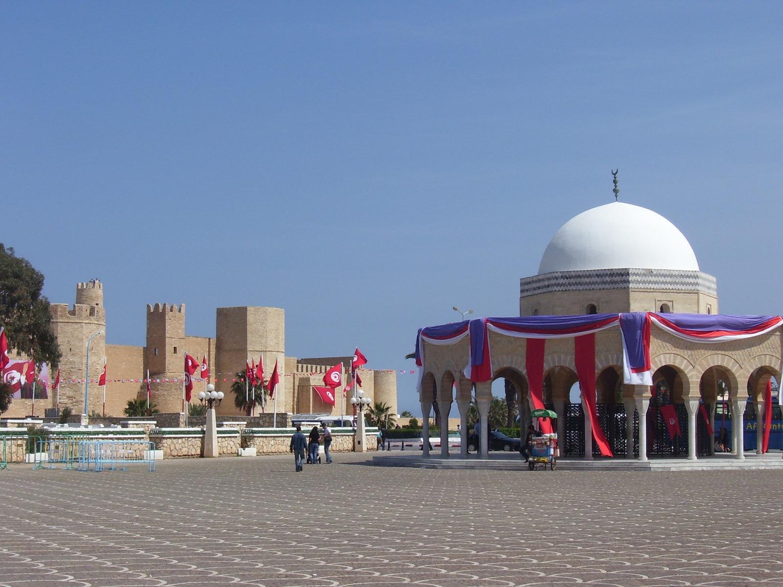 tumba - cúpula - torres - fortaleza - arcos - bander