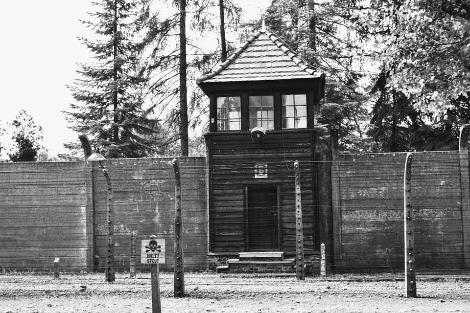 caseta vigilancia - campo de concentración - árboles