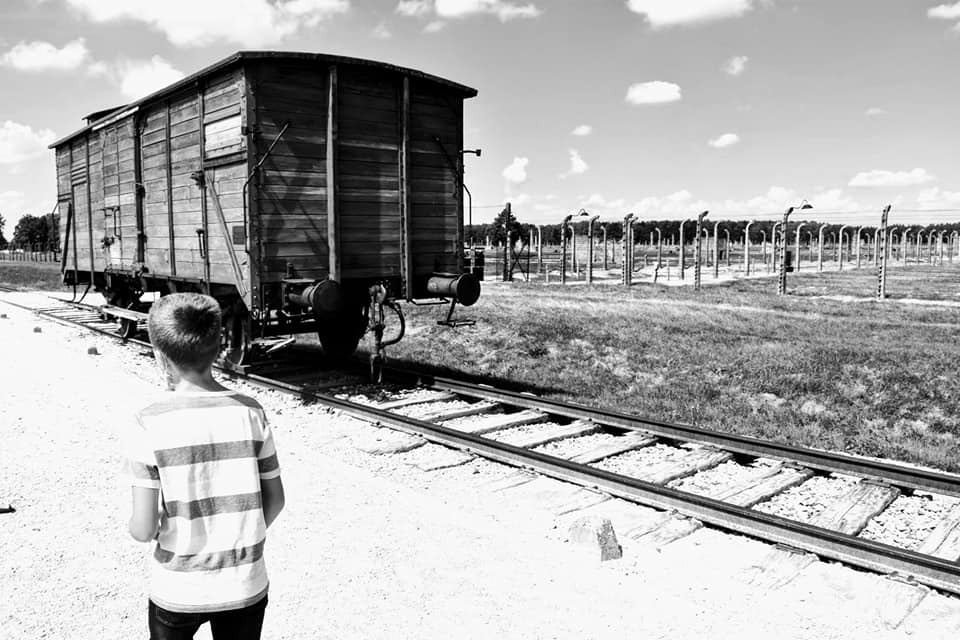 tren - niño - vías - campo de concentración