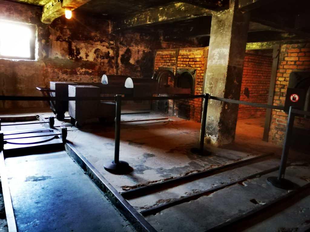 cámara de gas - crematorio - hierros - piedras