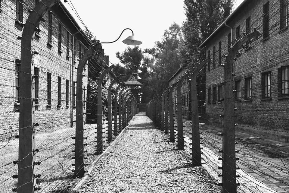 barracones - farola - camino - alambre de espino - campo de concentración