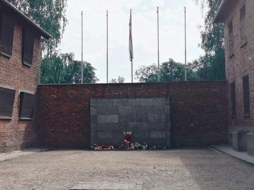 monumento - monolito - piedra - flores