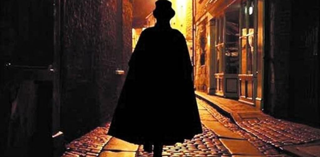 capa - sombrero - calle - noche - hombre