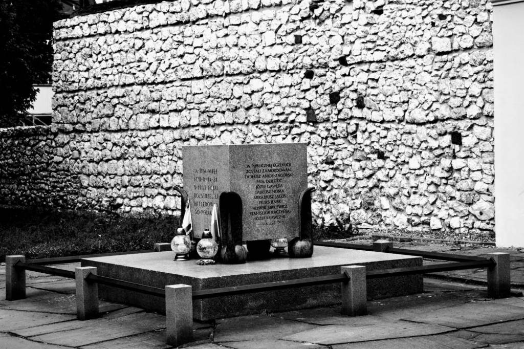 monumento - piedra - tumba