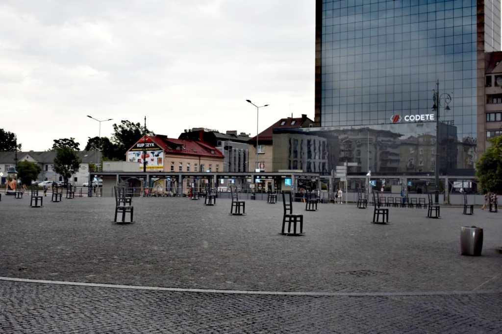 monumento - plaza - piedra - cracovia - sillas