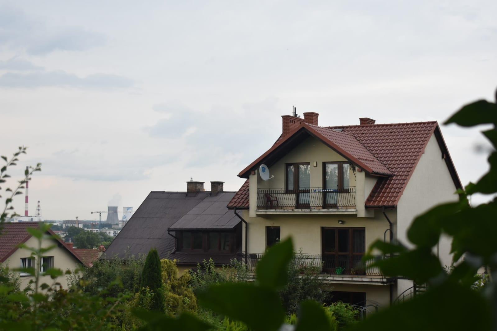 casa - balcón - cielo - ventana